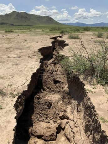 Fissures likely due to groundwater overdraft